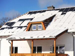 Schnee rutscht von Dach-Solaranlage