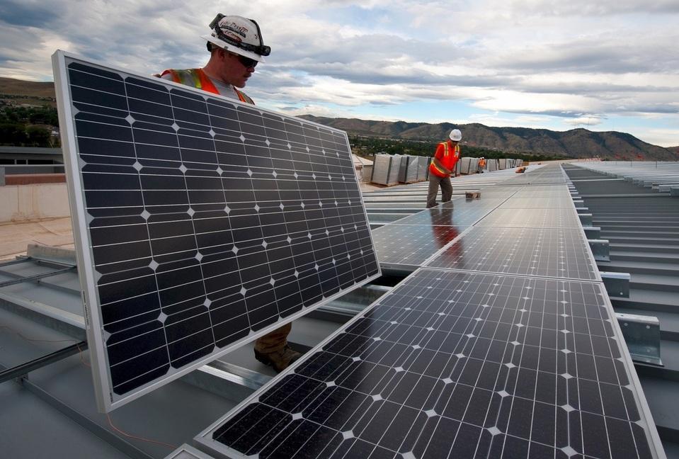 Solarpanels werden auf dem Dach montiert.