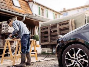 Auto liefert Strom für Elektrosäge