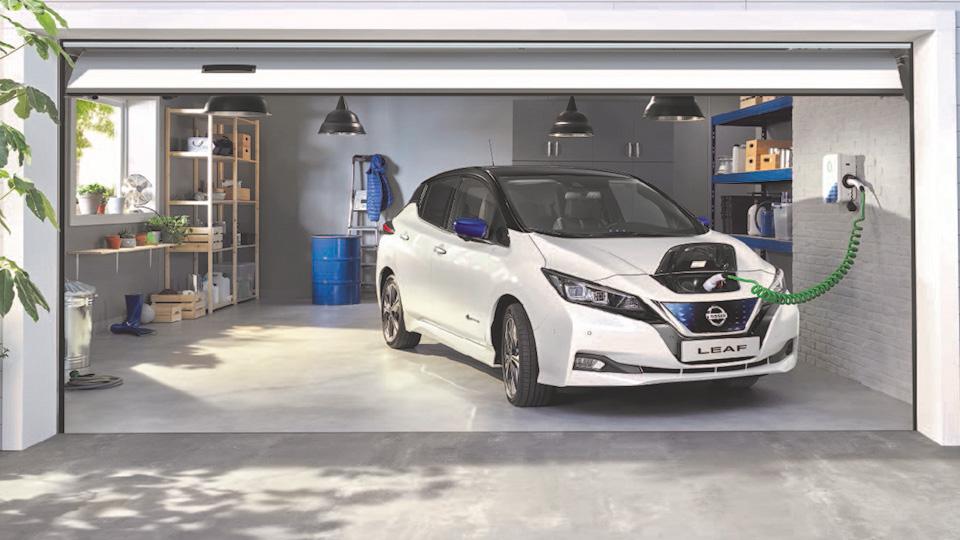 Ein Nissan Leaf wird in einer Garage aufgeladen