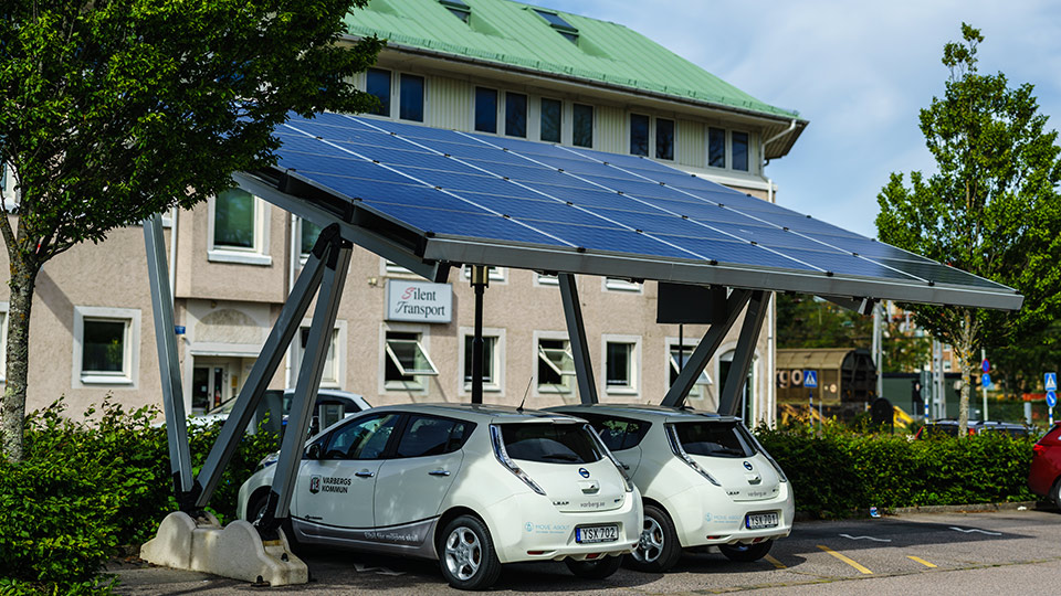 Zwei Elektroautos unter Carport mit Photovoltaikanlage