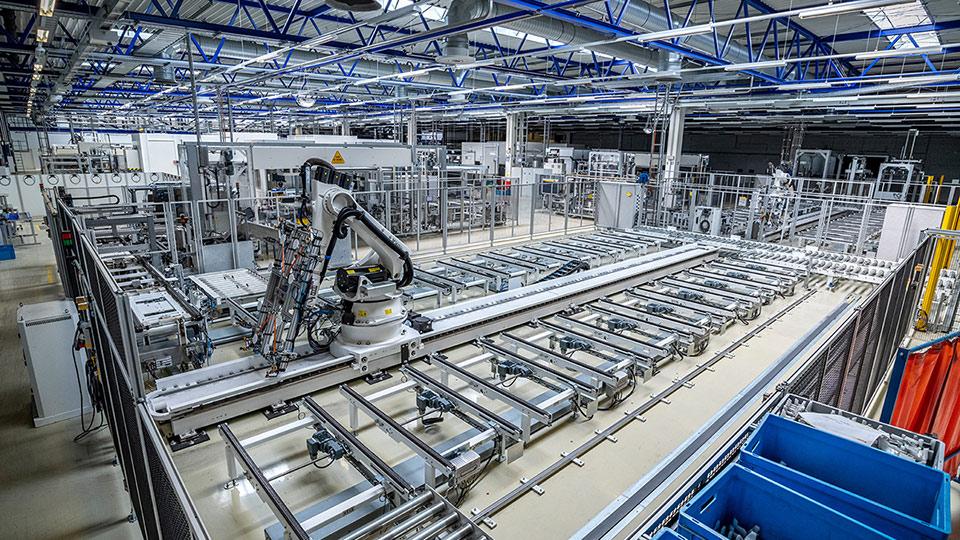 Produktionshalle mit Roboter