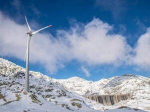 Windkraftanlage neben Staumauer