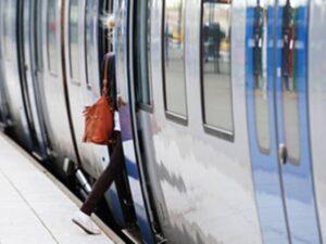 Frau steigt in die Bahn ein