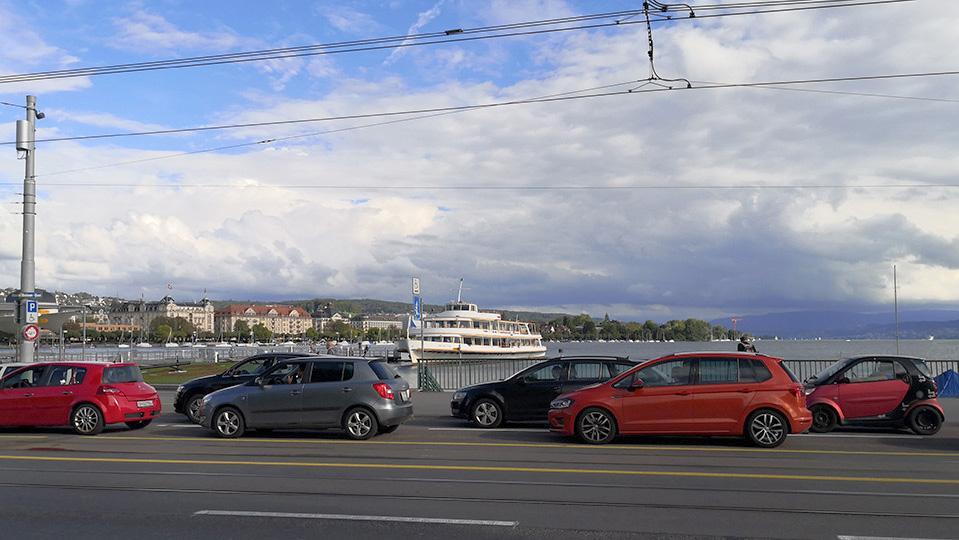 Autokolonne am Zürcher Seebecken