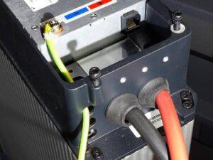 Detail einer Hausbatterie mit Plus- und Minuspol