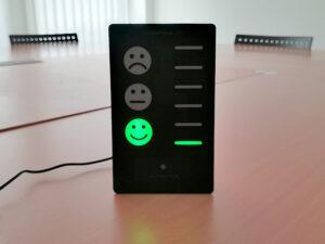 Messgerät signalisiert einwandfreie Luftqualität mit grünem Smiley