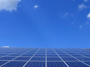 Solarmodule unter blauem Himmel
