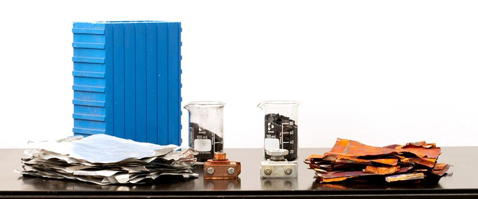 Batterie-Komponenten separat auf einem Tisch ausgelegt