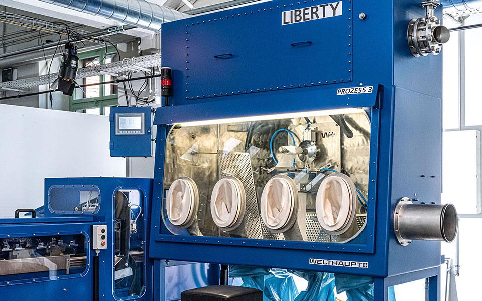 Technische Anlage mit verschiedenen Geräten und Maschinen