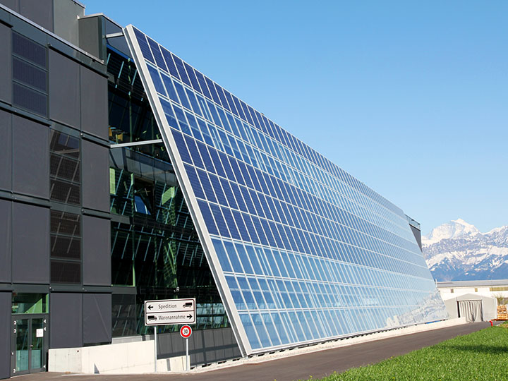 Schräge Solarfassade vor Bürogebäude