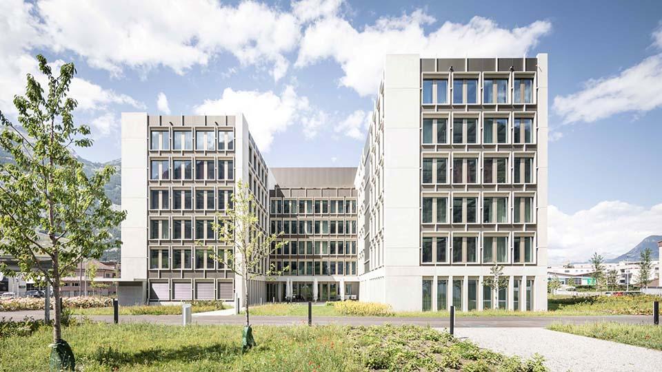 Aussenansicht Bürogebäude mit drei Baukörpern um einen schlanken Innenhof