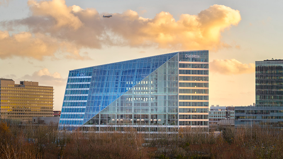 Bürogebäude mit markantem diagonalem Knick in der Glasfassade