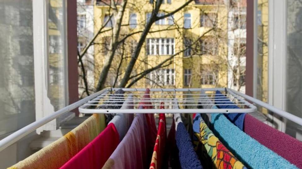 Wäsche wird am offenen Fenster getrocknet