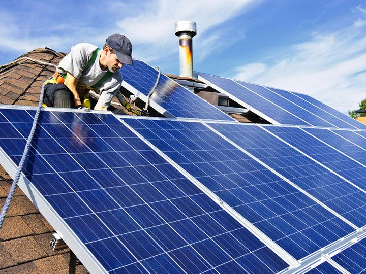 Solarpanel-Montage auf Schrägdach