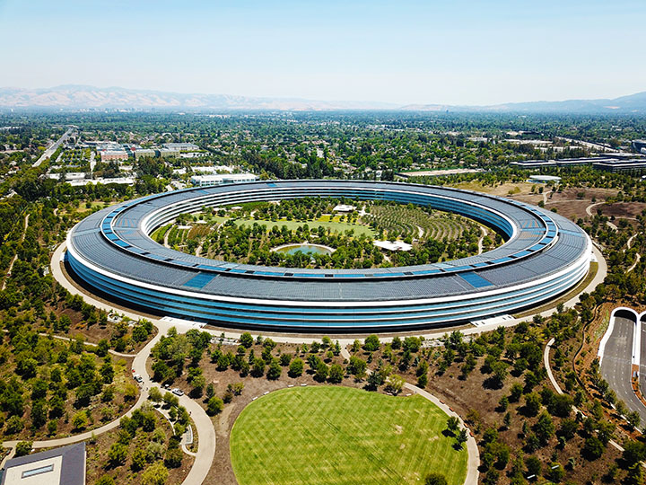Ringförmiges Gebäude mit Solardach